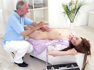This old goes young masseuse knew where to touch to make Sandra horny